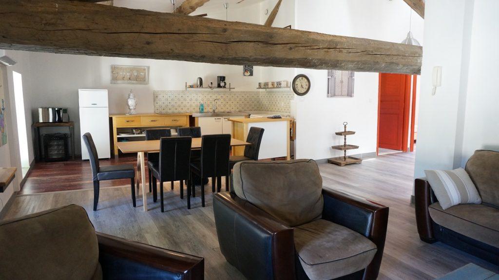 photo du salon salle à manger du loft à louer pour cure et vacance à Lamalou les Bains