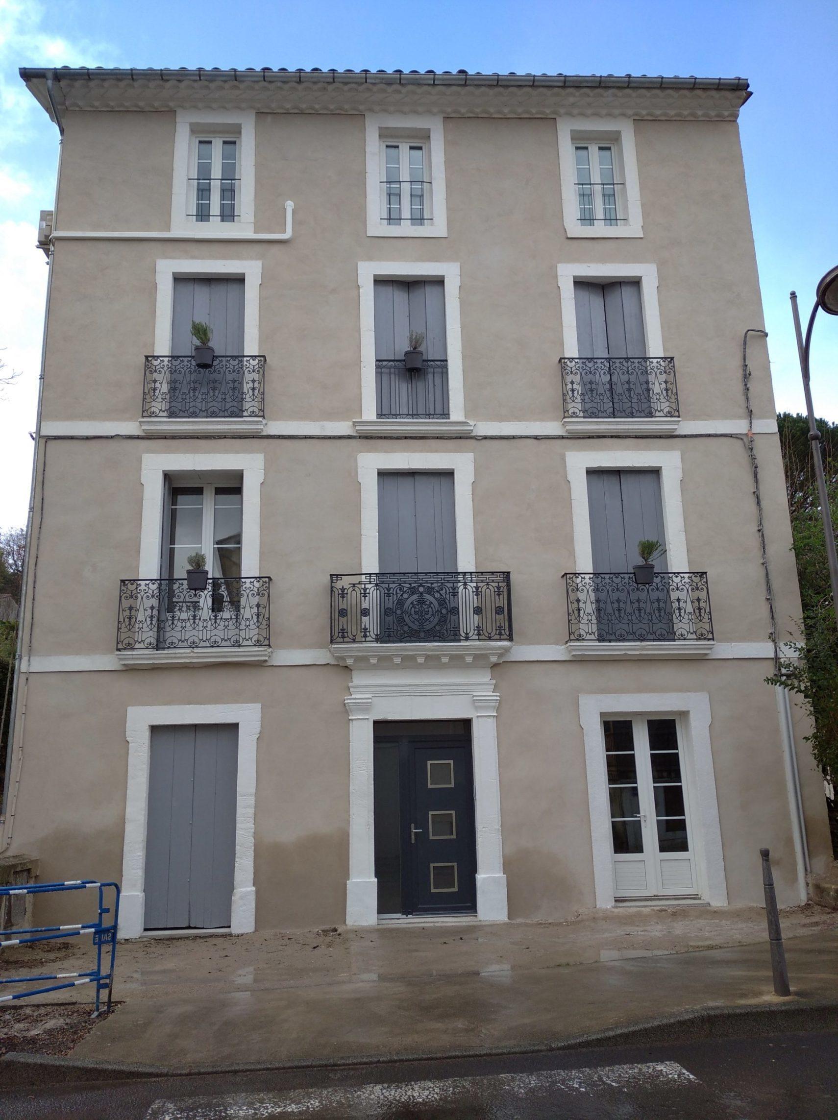 vue de l'extérieur de l'immeuble ou sont les appartements à louer à Lamalou les Bains